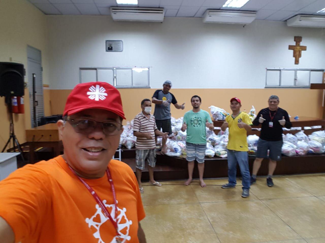 Alfonso Brito con un grupo de voluntarios