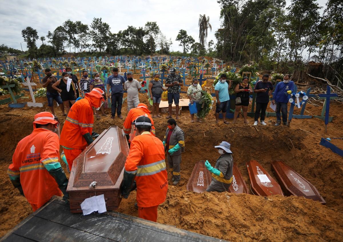 Manaos entierra a sus muertos por COVID-19