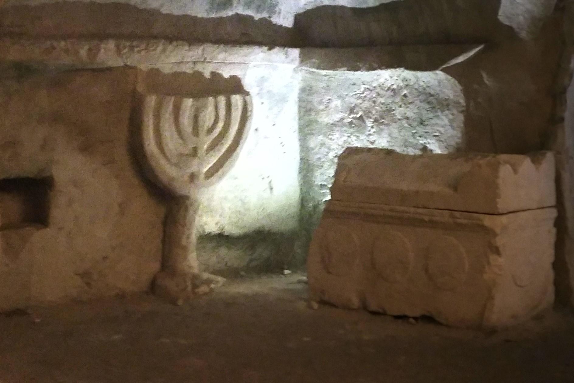 Menorá en el cementerio de Bet Shearim