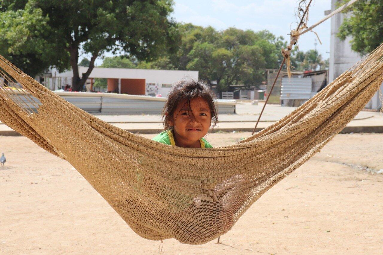 Niña migrante del pueblo warao en Brasil