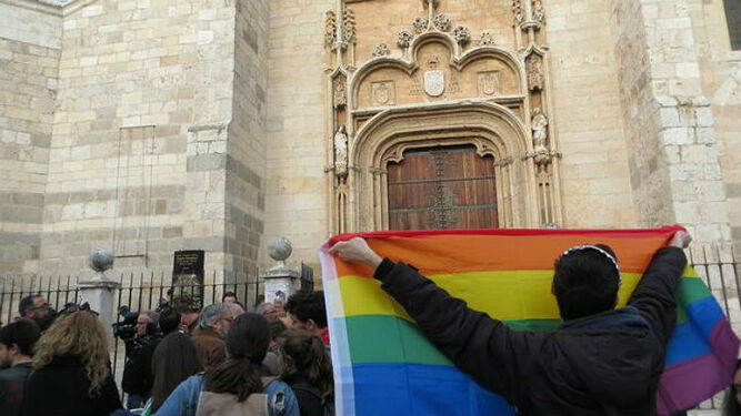 Un juzgado investigará la protesta de grupos LGTBI en la catedral de Alcalá contra los cursos para 'curar' la homosexualidad
