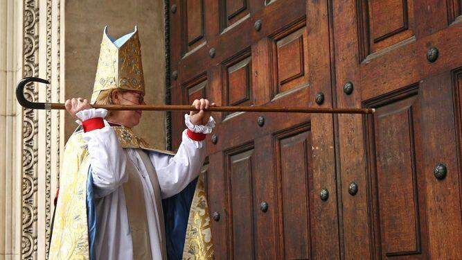Las mujeres llaman a las puertas de la Iglesia