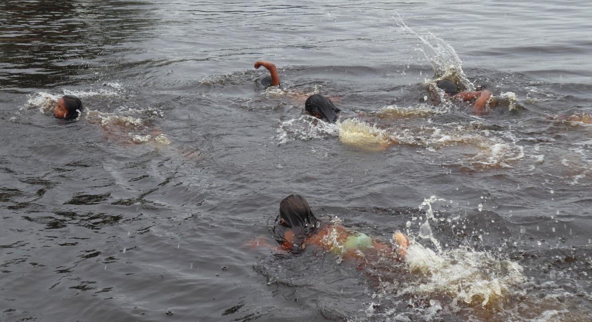 Niños en el río