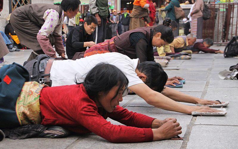 lhasa-tibetanos-rezando-arrodillados-templo-jokhang-800x500