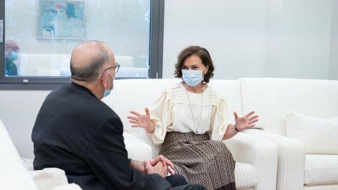 La vicepresidenta del Gobierno, Carmen Calvo, conversa con Juan José Omella