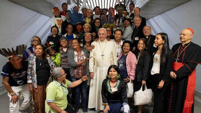 Papa Francisco con los indígenas del Sínodo