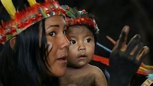 Mujer y niño indígena