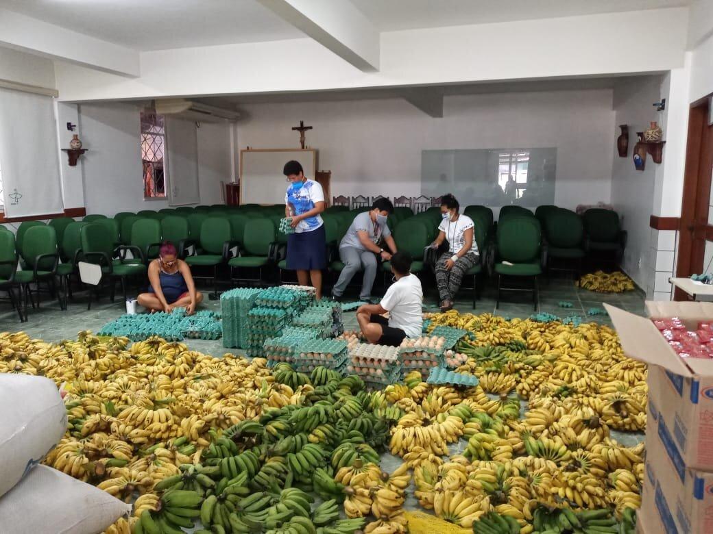 Jóvenes organizan el reparto de las donaciones
