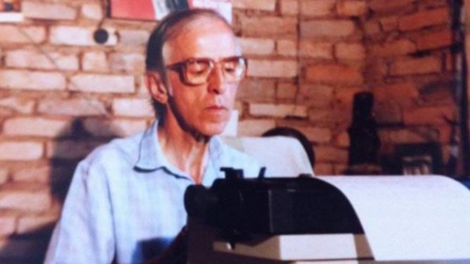 Pedro Casaldáliga, escribiendo a máquina