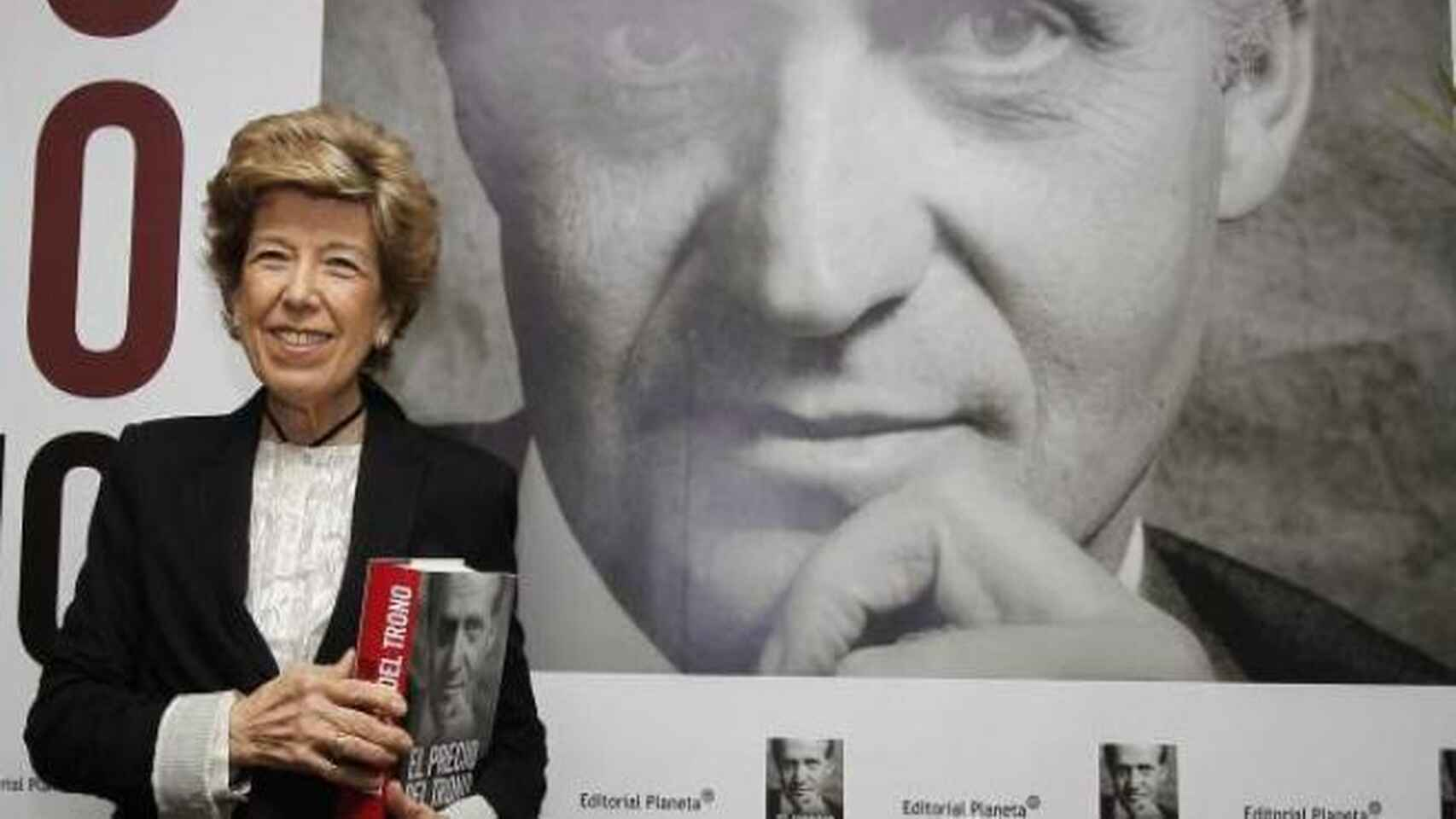 La periodista Pilar Urbano junto a su libro