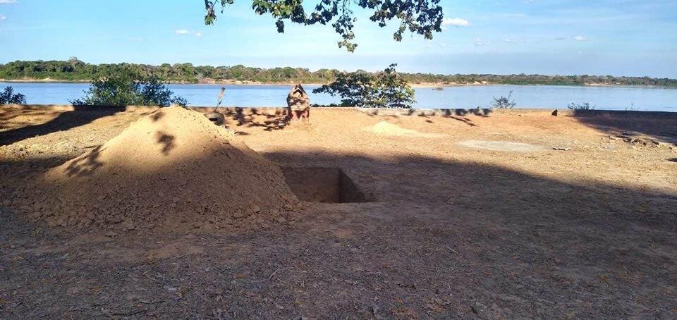 Pedro descansa a la orilla del Araguaia