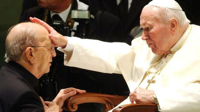 Juan Pablo II bendice a Marcila Maciel