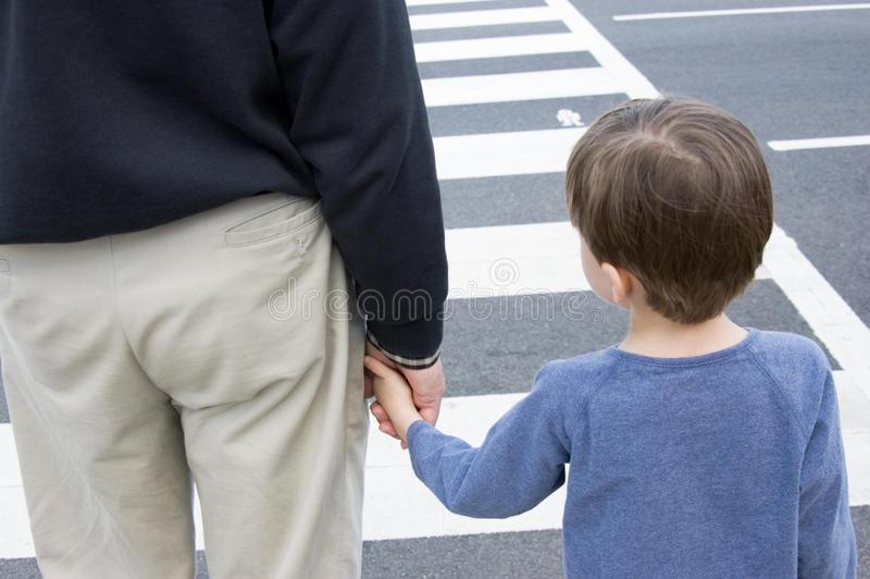 abuelo-y-nieto-en-un-paso-de-peatones-22494258