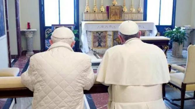 Francisco y Benedicto rezando