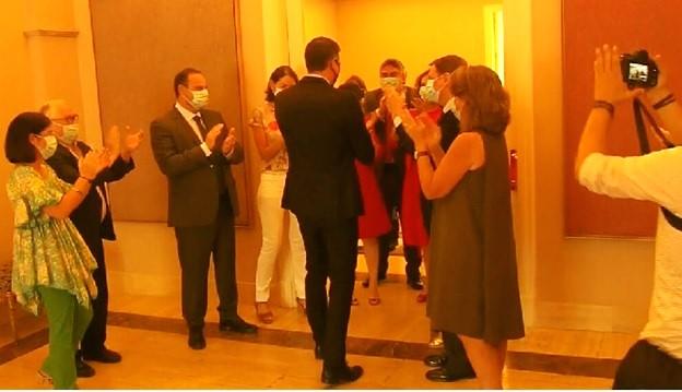 Pedro Sánchez, aplaudido por sus ministros, como si fuese el campeón de Europa, pese a su fracaso.