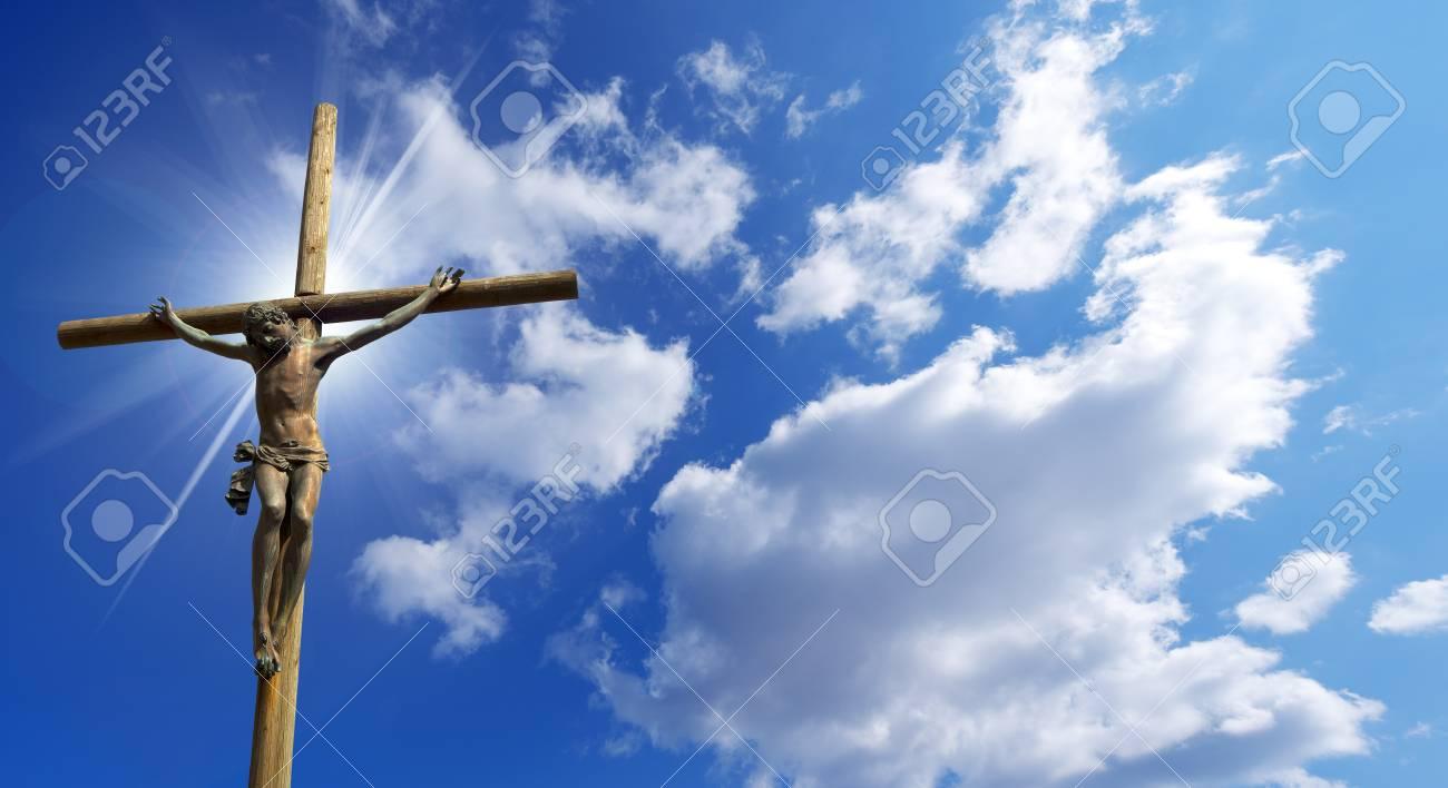 22660026-la-cruz-de-bronce-y-madera-símbolo-de-dios