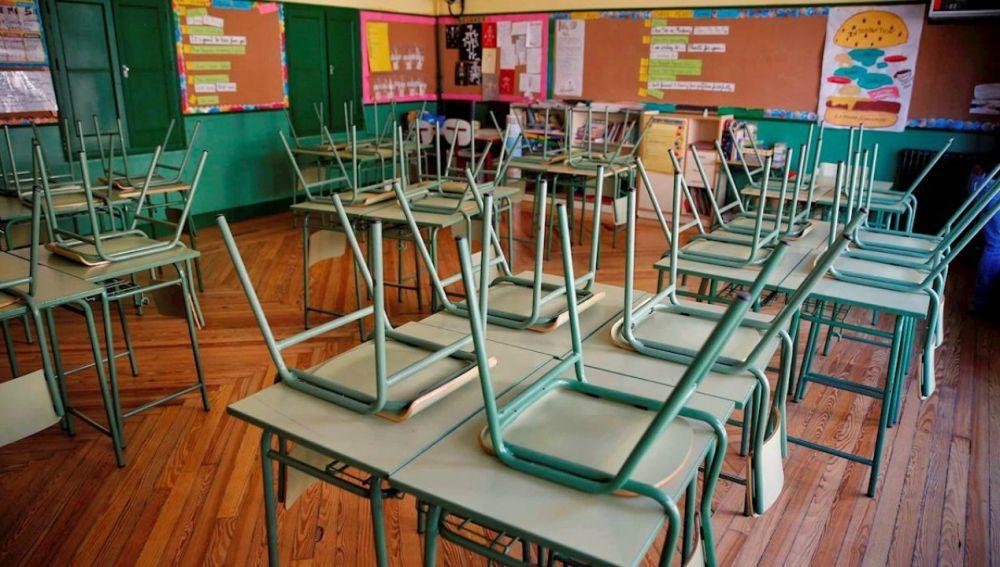 clase con sillas vacías
