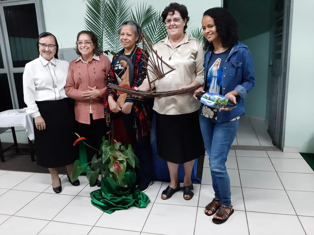 Las religiosas con la presidenta de la CRB