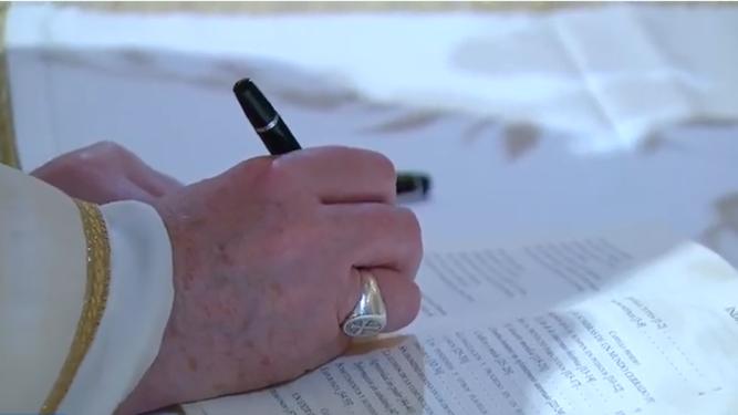 El Papa firma su encíclica 'Fratelli tutti'