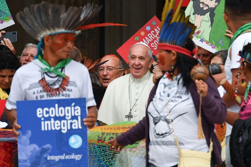 Papa Francisco con los indígenas en el Sínodo