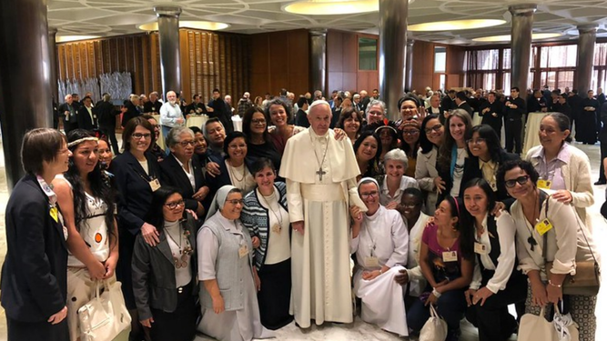 Papa Francisco con las mujeres en el Sínodo