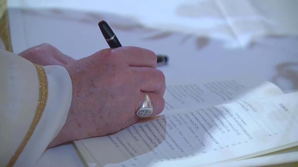 Firmando la Fratelli Tutti
