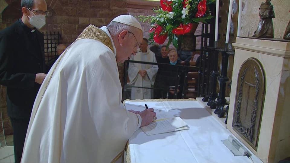 Papa Francisco firma la Fratelli Tutti