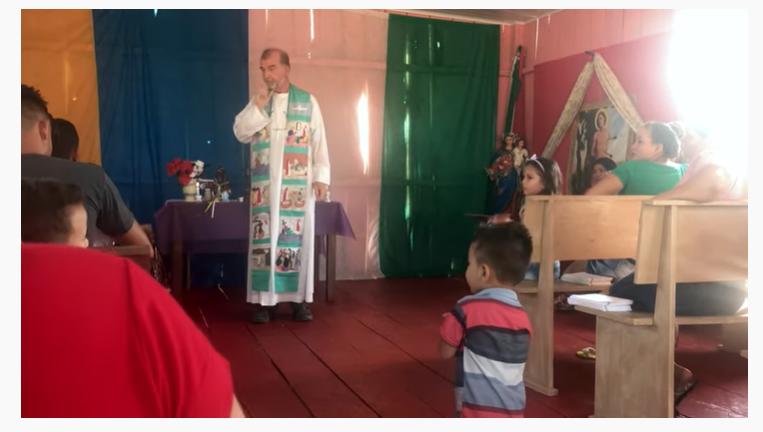 Norberto Foester celebrando en una comunidad