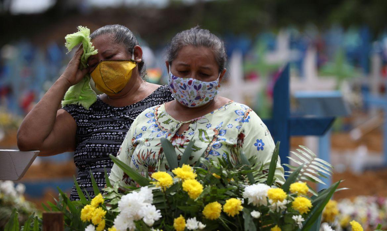 Familias entierran a sus muertos en Manaos