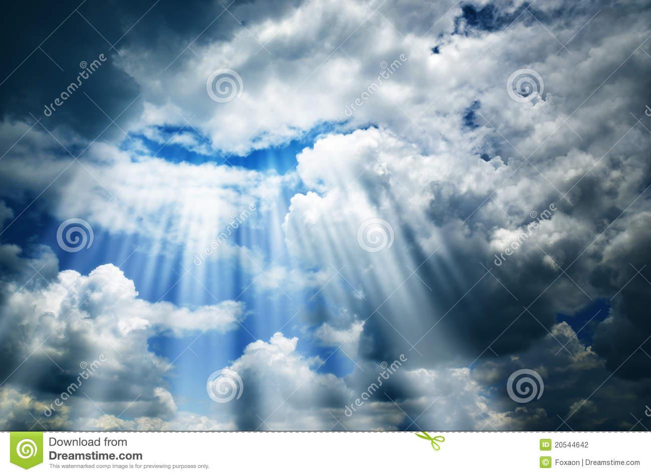 cielo-oscuro-con-las-nubes-y-la-luz-20544642