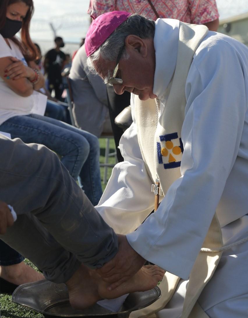 Lavar los pies a los presos