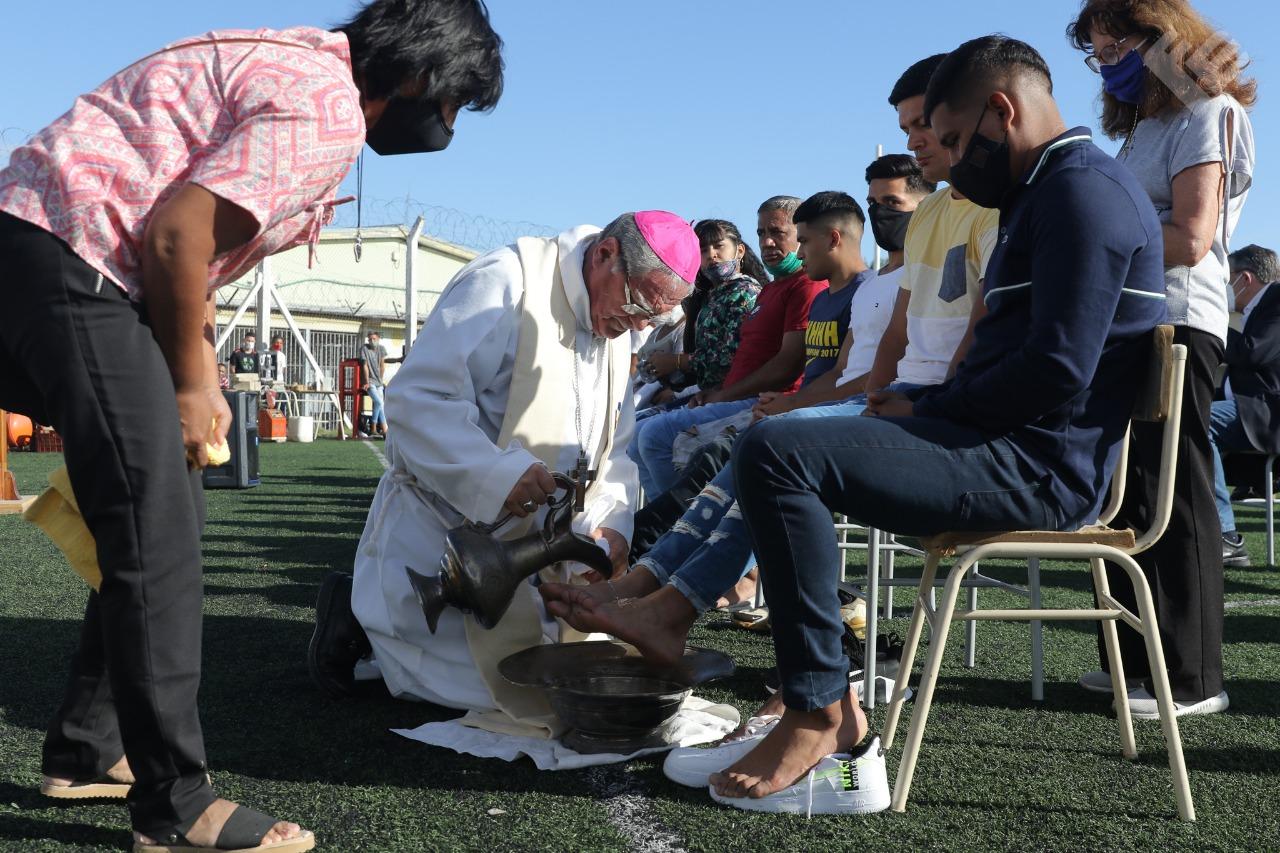 Mons Ojea lava los pies a los presos