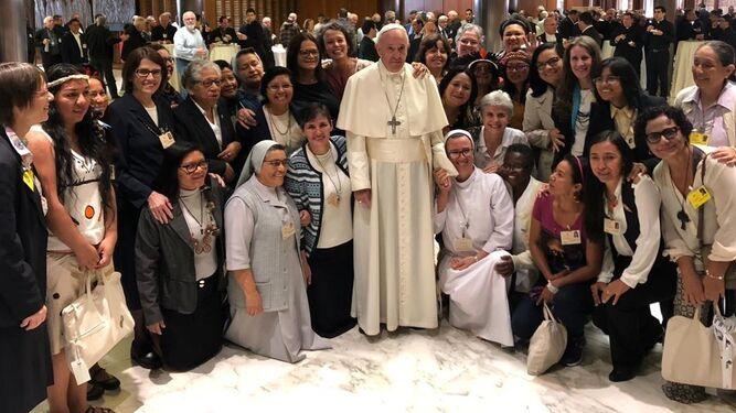 Francisco con las mujeres del Sínodo