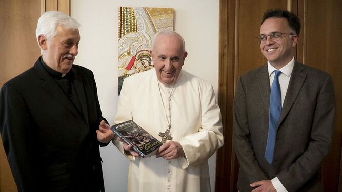 Arturo Sosa SJ. regala un ejemplar del libro a Francisco