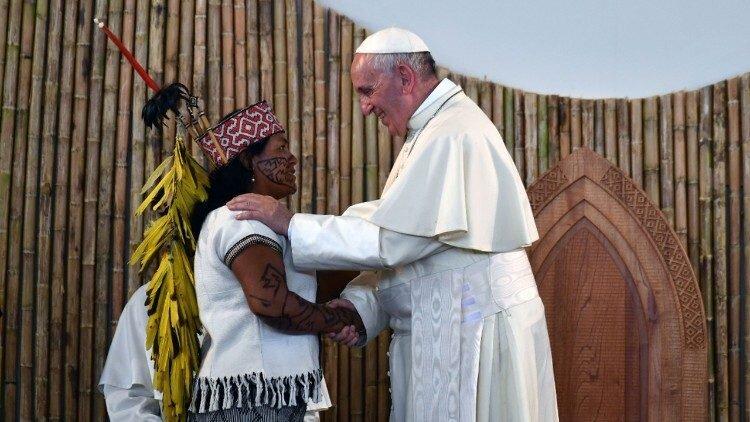 Papa Francisco con mujer indígena