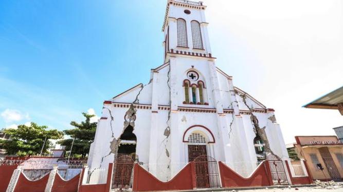 Iglesia con grietas en Haití tras el terremoto