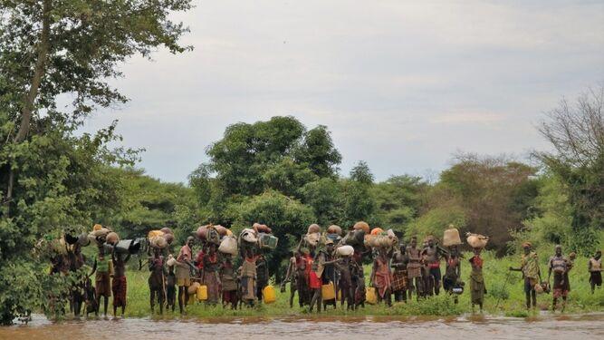 Refugiados cruzando el río Omo