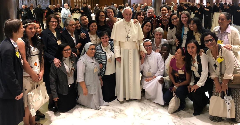 Francisco-y-las-mujeres-del-Sínodo